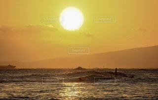ワイキキビーチのサンセットの写真・画像素材[1029977]