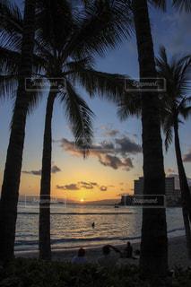 ワイキキビーチの夕暮れの写真・画像素材[1029978]