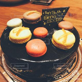 黒いマカロンののったケーキの写真・画像素材[922750]