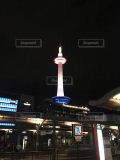 京都タワーは夜ライトアップの写真・画像素材[906150]