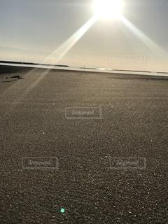 降り注ぐ太陽の写真・画像素材[906937]