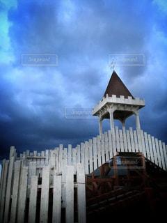曇りの日に大きな時計塔の写真・画像素材[906415]