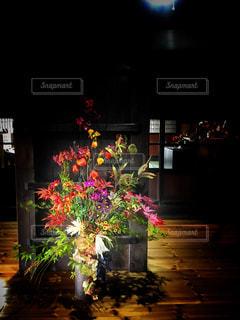 暗い部屋での花と花瓶の写真・画像素材[906417]
