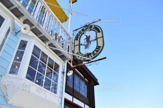 建物の側に時計と大きな背の高い塔 - No.906427