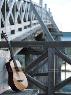 もたれかかるギターの写真・画像素材[907825]