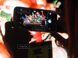 携帯電話を持つ手の写真・画像素材[907830]