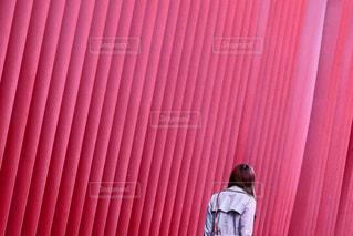 赤いカーテンの写真・画像素材[911243]