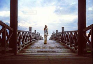 橋の上での写真・画像素材[911268]