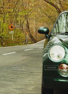 道の端に駐車していた車の写真・画像素材[913877]