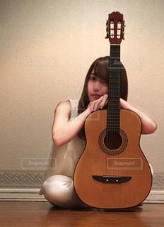 ギターの前に立っている人の写真・画像素材[913879]
