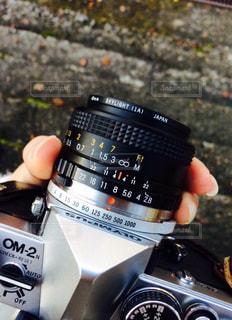 カメラを持っている手の写真・画像素材[913880]