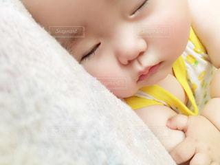 近くに赤ちゃんの手のアップの写真・画像素材[1285758]