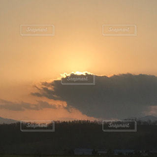 空には雲のグループの写真・画像素材[906501]