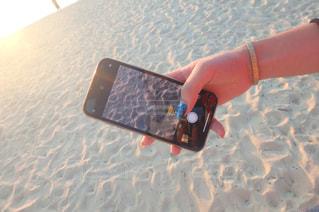 携帯電話を持つ手の写真・画像素材[2266525]