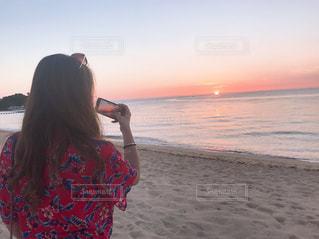 浜辺に立っている人の写真・画像素材[2266529]