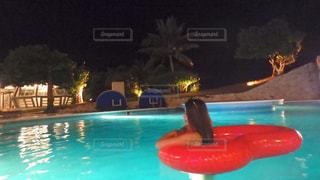 青い水のプールの写真・画像素材[2266568]