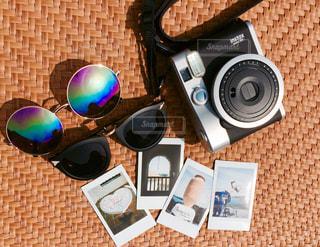 テーブルの上に座っているたくさんのアイテムの写真・画像素材[2266596]