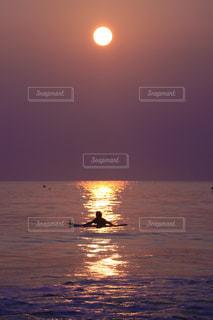 水の体に沈む夕日の写真・画像素材[908013]