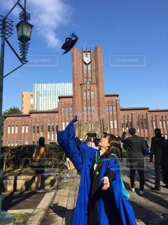 卒業式。建物へ帽子被せるの写真・画像素材[1088160]