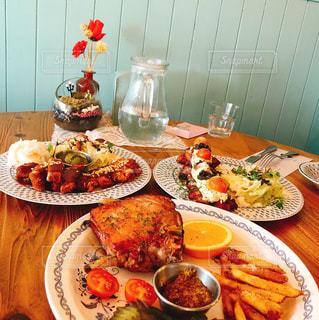 テーブルの皿の上に食べ物のプレートの写真・画像素材[907848]