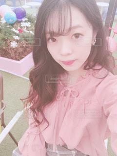 ピンクのシャツの女の子の写真・画像素材[908736]