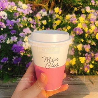 花の上に座ってコーヒー カップの写真・画像素材[1167553]