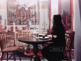 テーブルに座っている女性の写真・画像素材[1184901]