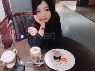 食事のテーブルに座っている少女の写真・画像素材[1186662]
