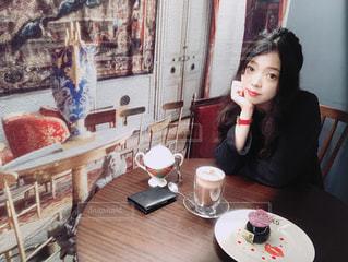 テーブルに着席した人の写真・画像素材[1186663]