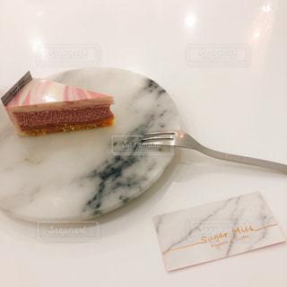 皿の上のケーキの一部の写真・画像素材[1186664]