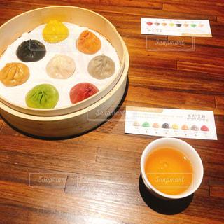 食品や木製のテーブルの上のコーヒー カップのプレートの写真・画像素材[1217747]