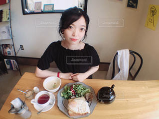 食事のテーブルに座って人の写真・画像素材[1235523]