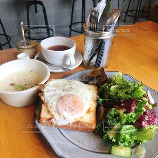 食品やコーヒー テーブルの上のカップのプレートの写真・画像素材[1235560]