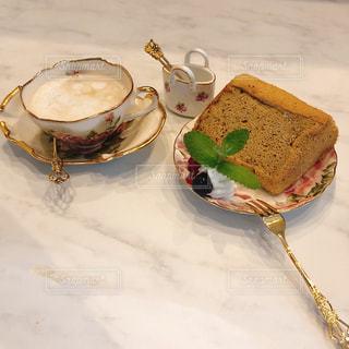 皿の上のケーキの一部の写真・画像素材[1235571]