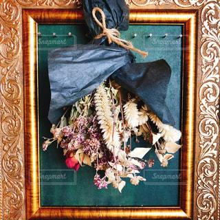 枠に掛かっている花束の写真・画像素材[1248646]
