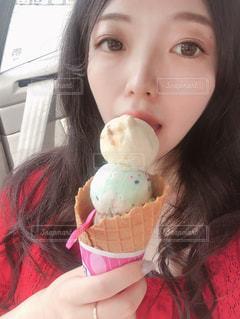 アイスクリームを食べている女の子の写真・画像素材[1254264]