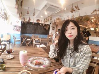 テーブルに座っている女性の写真・画像素材[1264833]