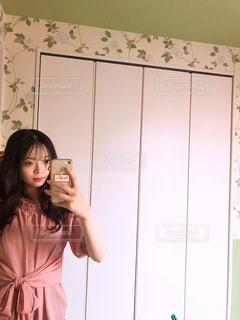 カメラにポーズ鏡の前に立っている女性の写真・画像素材[1268367]