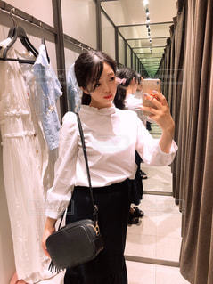 カメラにポーズを鏡の前で ai 篠崎立っての写真・画像素材[1268372]
