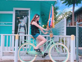 自転車の後ろに乗る女の子の写真・画像素材[1268416]