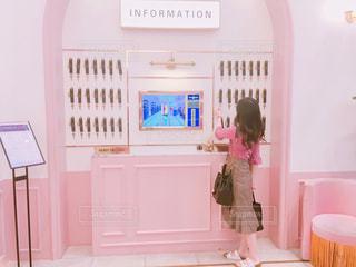 ピンクの部屋の少女の写真・画像素材[1268422]