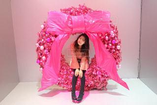 ピンクの傘を持つ少女の写真・画像素材[1272976]