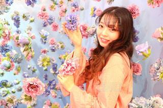 花の前に立っている女性の写真・画像素材[1272988]