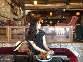 レストランで料理女の写真・画像素材[1297675]