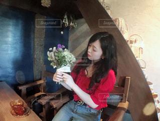 テーブルに座っている女の子の写真・画像素材[1324879]