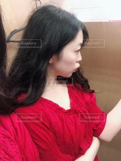 赤いシャツの女性の写真・画像素材[1324884]