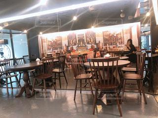 ダイニング ルームのテーブルに設定されている人々 のグループの写真・画像素材[1324915]