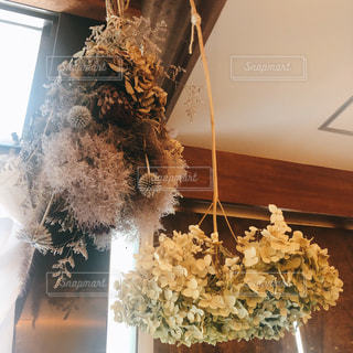 テーブルの上の花の花瓶の写真・画像素材[1328353]