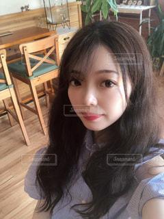 テーブルの上に座っている女性の写真・画像素材[1360454]