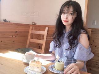 テーブルに座っている女性の写真・画像素材[1360456]